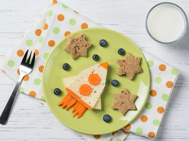 Cha mẹ nên cho trẻ uống sữa 1 tiếng sau bữa ăn chính hoặc vào buổi tối để tăng khả năng hấp thụ