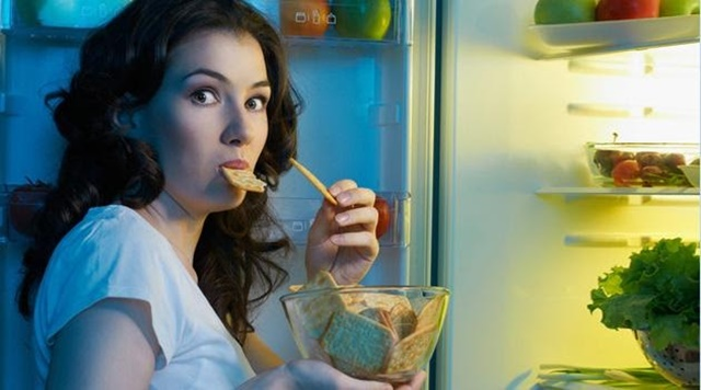 Ăn trước khi ngủ gây ảnh hưởng xấu đến cân nặng, chiều cao