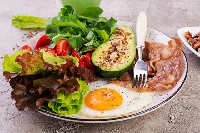 Bữa ăn của con nên tập trung vào chất đạm, các vitamin và khoáng chất cần thiết cho xương