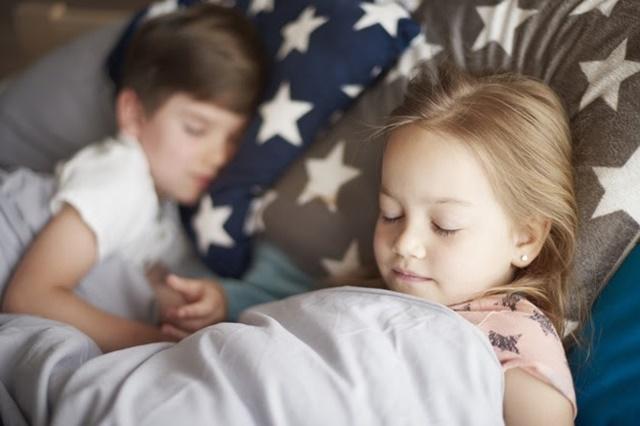 Bắt đầu giấc ngủ từ lúc 10 giờ đêm sẽ giúp con đạt tốc độ tăng trưởng tối đa tuổi 12