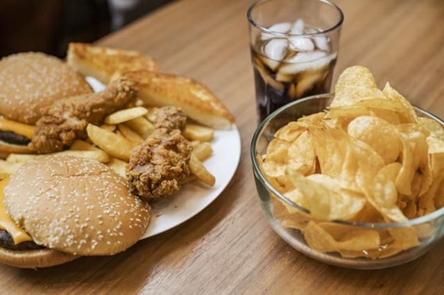Các loại thức ăn nhanh, nước có gas có thể dẫn đến béo phì, kìm hãm sự phát triển chiều cao
