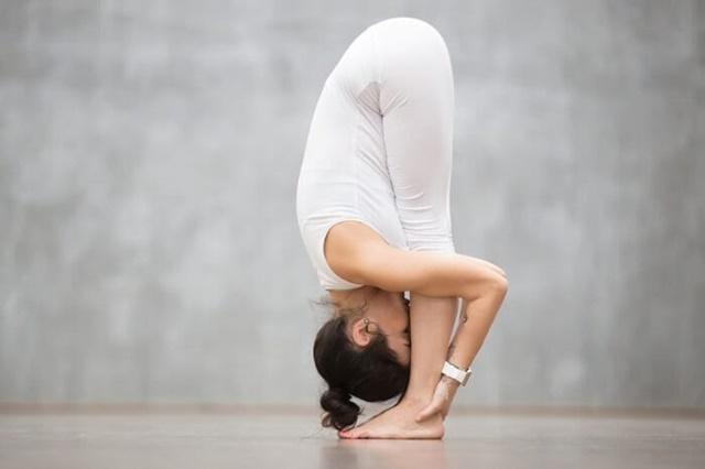 Đứng gập người là một trong những bài tập cơ bản giúp tăng chiều cao