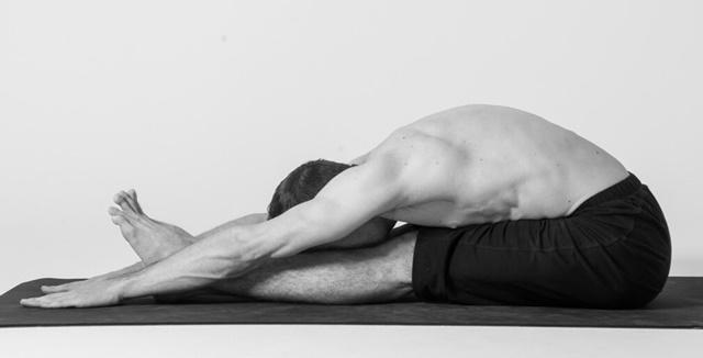 Ngồi gập người giúp kéo giãn cơ lưng và chân rất hiệu quả
