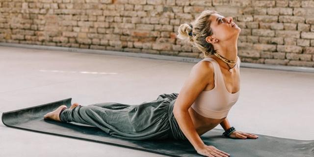 Yoga là một cách để bạn cải thiện tư thế đồng thời tăng cường sự linh hoạt cho xương khớp